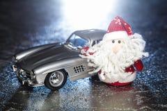Santa Claus ou père Frost avec la vieille rétro voiture Image libre de droits