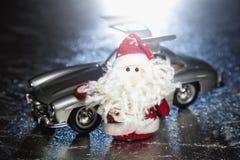 Santa Claus ou père Frost avec la vieille rétro voiture Image stock