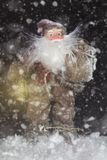 Santa Claus Outdoors Beside Christmas Tree en llevar de las nevadas fotos de archivo libres de regalías