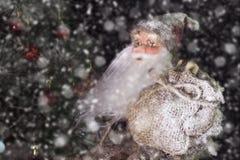 Santa Claus Outdoors Beside Christmas Tree en llevar de las nevadas Fotografía de archivo