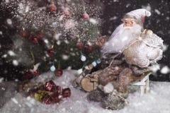 Santa Claus Outdoors Beside Christmas Tree nel trasporto delle precipitazioni nevose fotografie stock libere da diritti