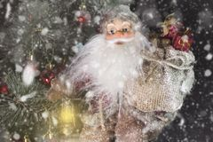 Santa Claus Outdoors Beside Christmas Tree in Sneeuwval het Dragen royalty-vrije stock fotografie