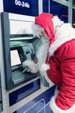 Santa Claus på ATM-maskinen Arkivfoto