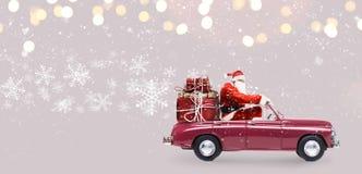 Santa Claus på bilen Arkivbild