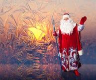 Santa Claus på den frostiga modellbakgrunden för fönster arkivfoton