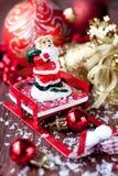 Santa Claus på den röda sleighen, julgrandecorati Arkivbilder