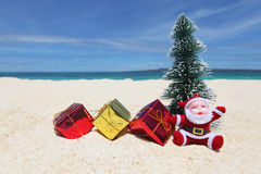 Santa Claus på den tropiska stranden Royaltyfria Foton