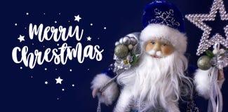 Santa Claus på en blå bakgrund och den glade julen för inskrift för ferieinbjudningar och hälsningkort Xmas-affisch, bann royaltyfri fotografi