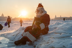 Santa Claus på en cykel med ett dragspel Arkivbilder