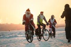 Santa Claus på en cykel med ett dragspel Royaltyfria Bilder