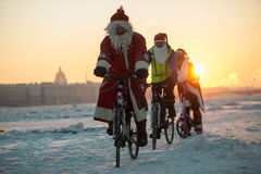 Santa Claus på en cykel med ett dragspel Royaltyfri Bild