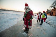 Santa Claus på en cykel med ett dragspel Fotografering för Bildbyråer
