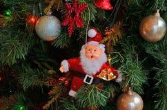 Santa Claus på en julgran Fotografering för Bildbyråer