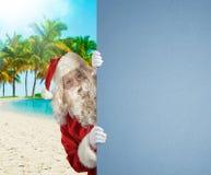 Santa Claus på en tropisk strand med ett tomt utrymme för din text Fotografering för Bildbyråer