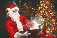 Santa Claus på jul med den magiska boken Royaltyfri Fotografi