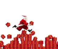 Santa Claus pasa rápidamente el regalo de la Navidad foto de archivo