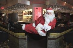 Santa Claus patrzeje kamerę w barze Obrazy Stock