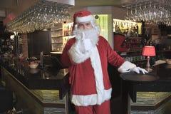 Santa Claus patrzeje kamerę w barze Obraz Royalty Free