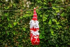 Santa Claus pequena que pendura em uma corda Imagem de Stock Royalty Free