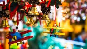 Santa Claus pilote un avion pour Noël Photographie stock