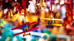 Santa Claus pilote un avion pour Noël Photos libres de droits