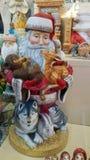 Santa Claus pintada retro em uma loja de lembrança foto de stock royalty free