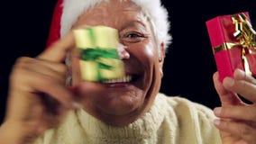 Santa Claus Pointing mayor en el regalo rojo y de oro almacen de video