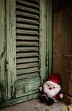 Santa Claus, poppenstuk speelgoed, naast de houten blinden royalty-vrije stock fotografie