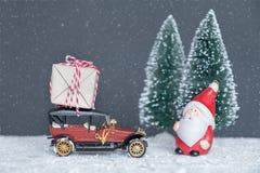 Santa Claus porta i regali nell'automobile Fotografie Stock Libere da Diritti