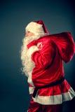 Santa Claus porta una borsa con i regali Fotografie Stock Libere da Diritti