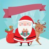 Santa Claus porte les sacs rouges d'un cadeau de robe et rendear Photos stock