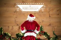 Santa Claus pozycja z rękami na biodrach przeciw cyfrowo wytwarzającemu tłu Zdjęcie Stock
