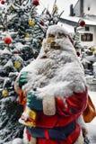 Santa Claus près de l'arbre de Noël Image libre de droits