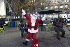 Santa Claus presenta fuera de Herald Square NYC Imagen de archivo
