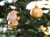 Santa Claus prydnad som hänger på julgranen Royaltyfri Bild