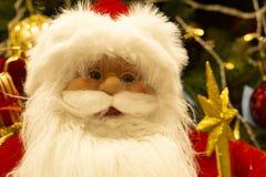 Santa Claus-Puppe Porträt von Santa Claus auf dem Hintergrund des Baums des neuen Jahres stockbilder