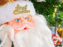 Santa Claus-Puppe schmücken Weihnachtsbaum Lizenzfreie Stockfotografie