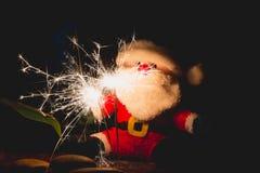 Santa Claus-Puppe am Weihnachtstag auf dunklem Hintergrund Stockbild