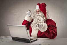 Santa Claus que datilografa no teclado Fotografia de Stock Royalty Free