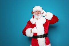 Santa Claus que escuta a música do Natal foto de stock royalty free