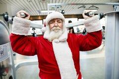 Santa Claus que faz o exercício no gym foto de stock