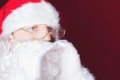 Santa Claus que grita con gesto de manos le gusta el megáfono Imagen de archivo