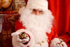 Santa Claus que guarda o giroscópio, foco selecionado imagem de stock royalty free