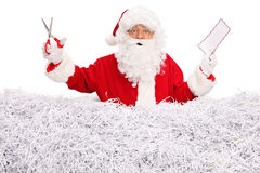 Santa Claus que guarda um envelope e tesouras Imagem de Stock