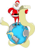 Santa Claus que lê a lista por muito tempo de desejo na terra Foto de Stock Royalty Free
