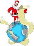 Santa Claus que lee la lista de largo que desea en la tierra Foto de archivo libre de regalías