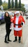 Santa Claus que levanta para fotógrafo na colônia alemão em Haifa imagem de stock