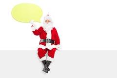 Santa Claus que lleva a cabo una burbuja amarilla grande del discurso Fotos de archivo libres de regalías