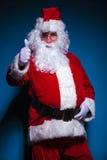 Santa Claus que mostra os polegares levanta o gesto Imagem de Stock