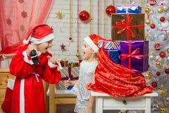 Santa Claus que muestra a reloj el ayudante feliz Imágenes de archivo libres de regalías